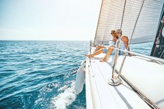 Romaans op cruiseschip in de zomer - paar die op een jacht koesteren royalty-vrije stock afbeeldingen