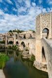 Romaanse brug over de rivier Fluvia met bogen en defensietorens in Besalu, Girona, Spanje stock foto