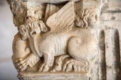Romaanse kapitalen van de kolommen in de kloosters van de Abdij van Montmajour dichtbij Arles, stock afbeeldingen