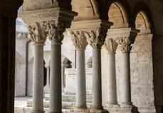 Romaanse kapitalen van de kolommen in de kloosters van de Abdij van Montmajour dichtbij Arles, royalty-vrije stock afbeeldingen