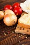在菜和面包附近上色胡椒用romadur乳酪 免版税库存照片