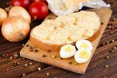 面包用黄油和切片romadur乳酪和鸡蛋 免版税图库摄影