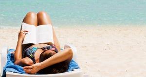 Roman à la plage Photographie stock libre de droits