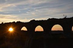 Roman acqueduct för solnedgångmonument Arkivfoto