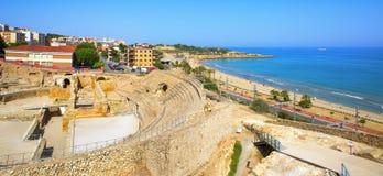 Roman Amphitheater och mirakelstrand i Tarragona, Spanien Royaltyfri Bild