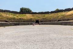 Roman Amphitheatre de sobrevivência o mais idoso na cidade antiga de Pompeii, Itália foto de stock royalty free