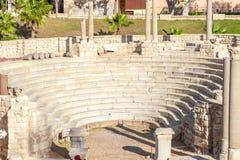 Roman Amphitheatre e as ruínas em Alexandria fotos de stock