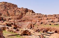 Roman Amphitheatre e estruturas de construção antigos em Rocky Mountains em PETRA, Jordânia imagens de stock
