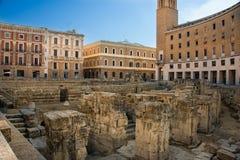 Roman Amphitheatre no quadrado de Santo Oronzo da pra?a Lecce, It?lia fotos de stock