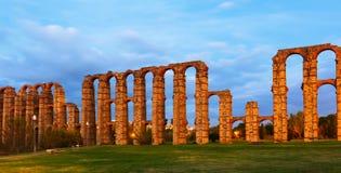 Roman Aqueduct av Merida i skymning Arkivbild