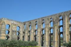 Roman Aqueduct de Amoreira reconstruiu entre o 16o e os séculos XVII em Elvas Natureza, arquitetura, história, rua imagem de stock