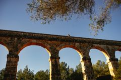 Roman Aqueduct Pont del Diable em Tarragona, Espanha foto de stock royalty free
