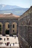Roman Aqueduct y montaña Fotos de archivo