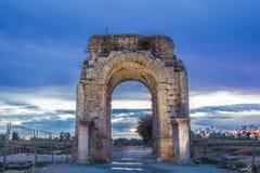 Roman Arch av Caparra på skymning, Caceres, Spanien Arkivbilder