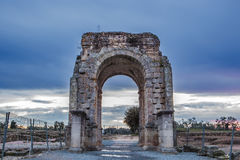 Roman Arch de Caparra en la oscuridad, Caceres, España Imagen de archivo libre de regalías