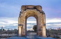 Roman Arch de Caparra en la oscuridad, Caceres, España Foto de archivo libre de regalías
