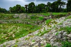 Roman arena voor gladiatorenstrijden in Syracuse, ruïnes in Archeologisch park stock afbeeldingen