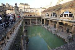 Roman Bath, Reino Unido - 6 de diciembre de 2013: Turistas que visitan Roma interior imágenes de archivo libres de regalías