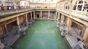Roman Bath, Reino Unido - 6 de diciembre de 2013: Turistas que visitan Roma interior fotografía de archivo