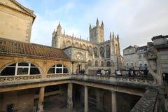 Roman Bath, Reino Unido - 6 de diciembre de 2013: Turistas que visitan Roma interior fotos de archivo
