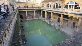 Roman Bath, Reino Unido - 6 de diciembre de 2013: Turistas que visitan Roma interior fotos de archivo libres de regalías