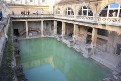 Roman Bath, Reino Unido - 6 de diciembre de 2013: Turistas que visitan Roma interior imagen de archivo libre de regalías