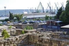 Roman Baths avec des crains de port à l'arrière-plan Photographie stock libre de droits