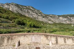 Roman Bridge över floden Sarca - Italien royaltyfri bild