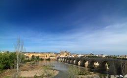 Roman Bridge av Cordoba, Andalusia, Spanien April 3, 2015 Royaltyfri Fotografi