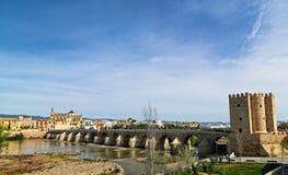 Roman Bridge av Cordoba, Andalusia, Spanien April 3, 2015 Royaltyfria Bilder