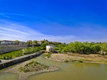 Roman Bridge av Cordoba, Andalusia, Spanien April 3, 2015 Royaltyfria Foton