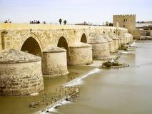 Roman Bridge av Cordoba, Andalusia, Spanien April 3, 2015 Arkivfoto