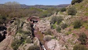 Roman Bridge av Vadollano, som är delen av rutten av rutten Augusta, enklav av specialt sceniskt och historiskt intresse stock video