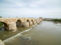 Roman Bridge de Córdova, a Andaluzia, Espanha 3 de abril de 2015 Imagens de Stock Royalty Free