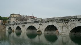 Roman Bridge di Tiberius a Rimini Italia stock footage