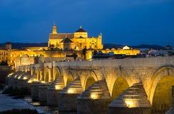 Roman Bridge e Mezquita, Córdova, Espanha Fotos de Stock Royalty Free