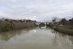 Roman Bridge With en flod Royaltyfri Foto