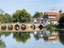 Roman Bridge entlang Tamega-Fluss in Chaves, Portugal stockfotografie