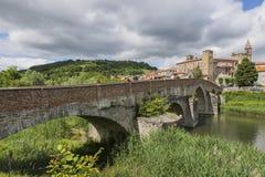 Roman Bridge, flod Bormida och kyrka av Monastero Bormida, paj Arkivfoton