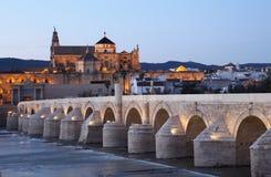 Roman Bridge i Cordoba, Spanien Arkivbild