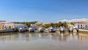 Roman Bridge idoso na maré baixa, Tavira, Portugal fotografia de stock