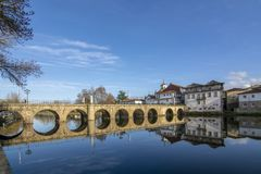 Roman Bridge a lo largo del río de Tamega en Chaves, Portugal foto de archivo libre de regalías
