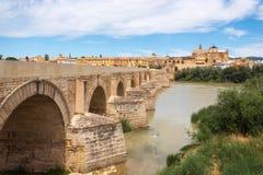 Roman Bridge och Guadalquivir flod, stor mosk?, Cordoba, Spanien arkivfoton