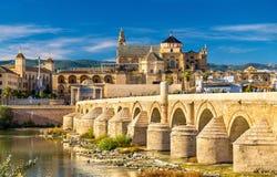 Roman Bridge a través del río y de la Mezquita-catedral de Guadalquivir en Córdoba, España Foto de archivo