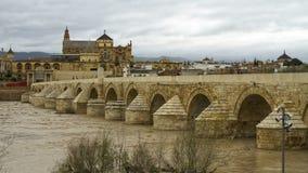 Roman Bridge Under Cloudy Sky Cordoba Spanien arkivfoto