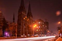 Roman Catholic Cathedral Kiev Ukraine-nachtlichten stock foto's
