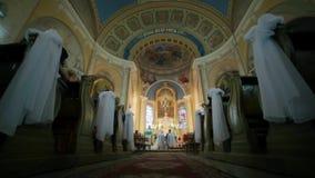 Roman Catholic Church av rörelsen av kameran förbi bänkarna med den nedersta punkten stock video
