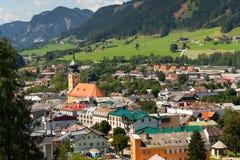 Roman Catholic Church en el centro de ciudad de Schladming, Austria imagenes de archivo