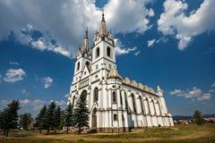 Roman Catholic Church en el pueblo Ditrau, el condado de Harghita Imagenes de archivo
