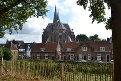 Roman Catholic Church und kleine Häuser Stockfotos